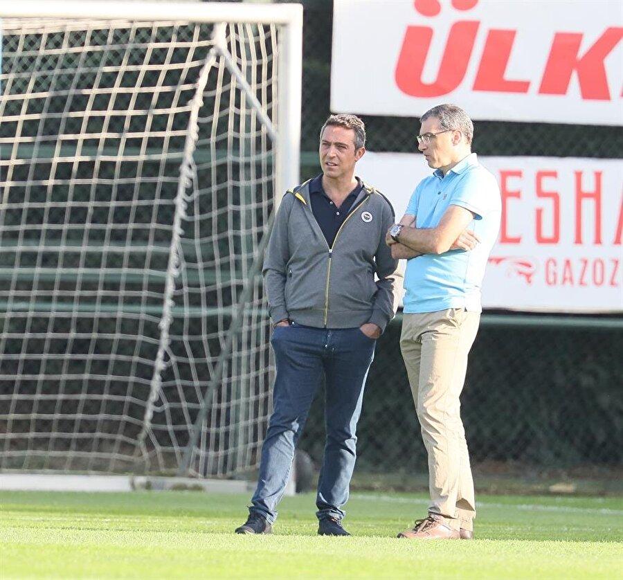 Fenerbahçe Başkanı Ali Koç ve Fenerbahçe Sportif Direktörü Damien Comolli birlikte antrenmanı takip ediyorlar.