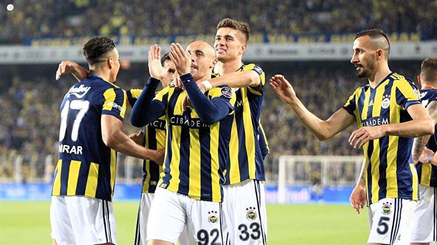Fenerbahçeli oyuncular gol sevincini taraftarlarla paylaşıyor.