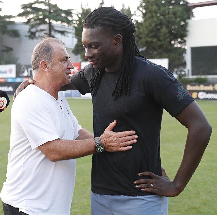 Bafetimbi Gomis, Arabistan'a transferinin gerçekleşmesinin ardından Florya Metin Oktay Tesisleri'nde teknik direktör Fatih Terim ve takım arkadaşlarıyla vedalaşıyor.