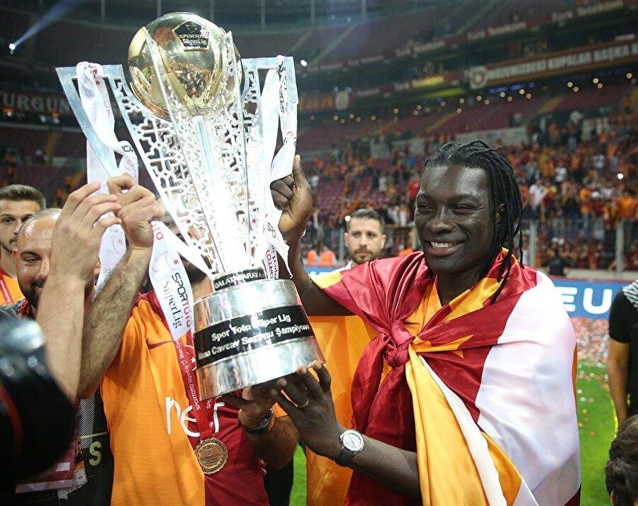 Yıldız golcü, geçen sezon kazanılan şampiyonluğu kutluyor.