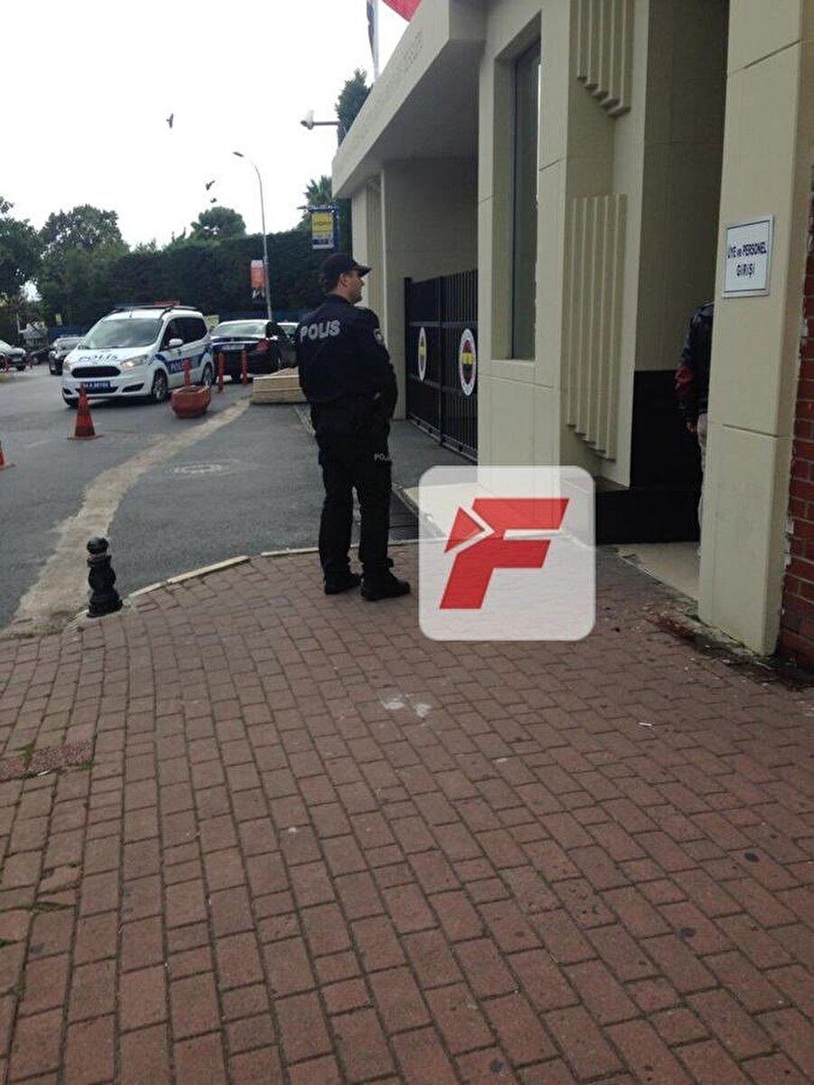 Kulübün özel güvenliklerinin yanı sıra polis ekipleri de tesislerin önünde tetikte bekliyor.