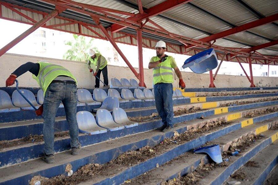 Tarihi stadyumun koltukları işçiler tarafından sökülürken.