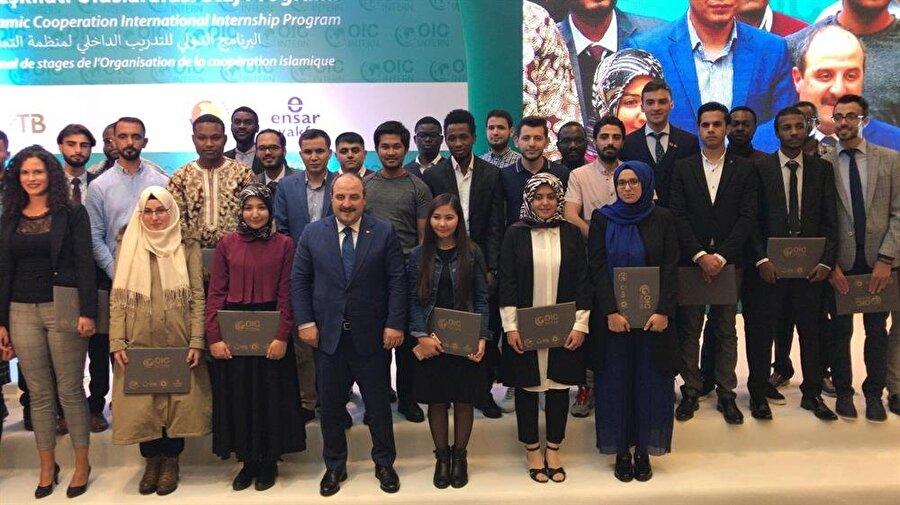 Sanayi ve Teknoloji Bakanı Mustafa Varank öğrencilerle fotoğraf çektirdi.