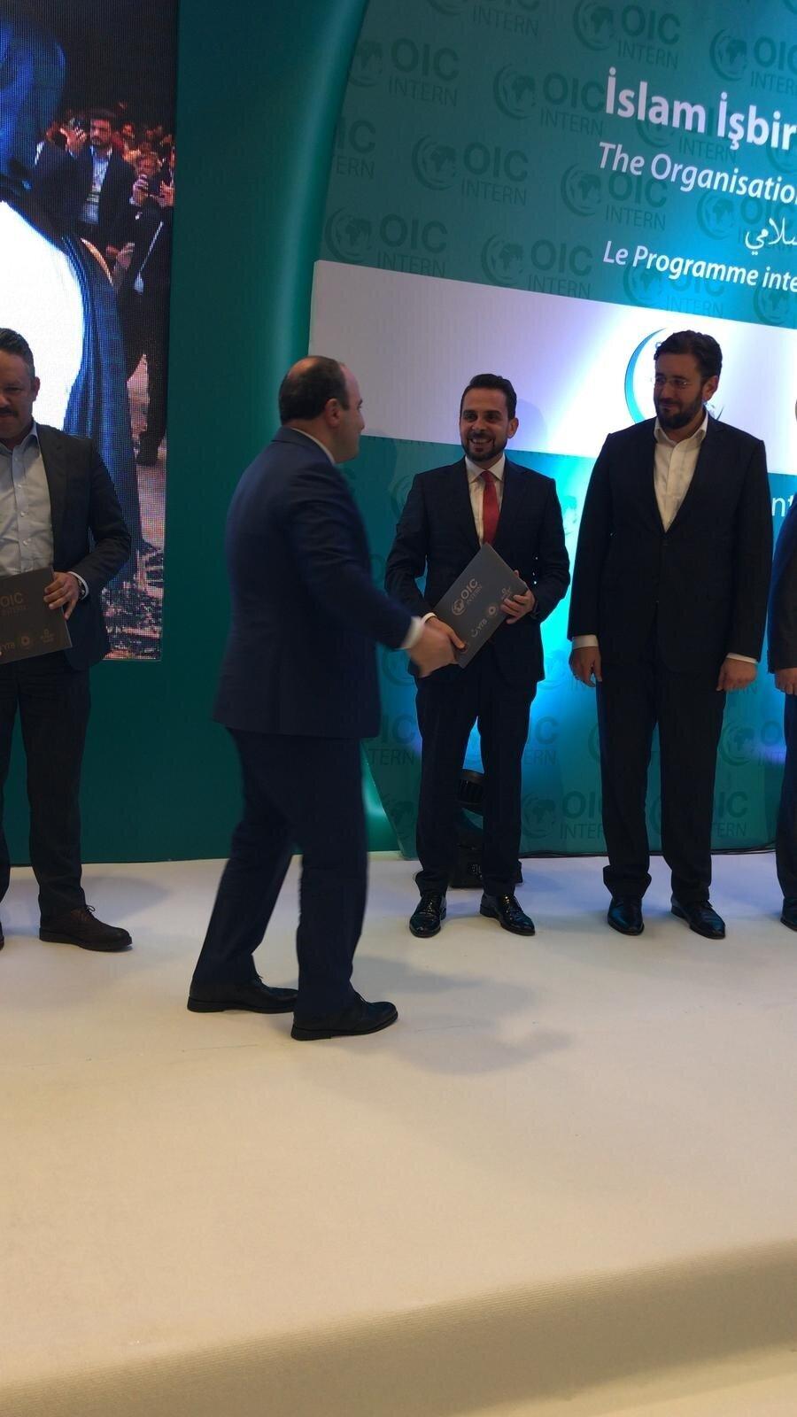 Organizasyonda Albayrak Holding Piri Medya Genel Müdürü Ömer Karaca'ya teşekkür plaketini Bakan Varank verdi.