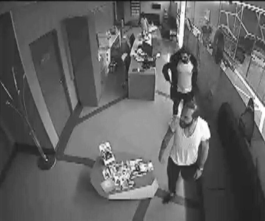 Arda Turan ile Berkay Şimşek, hastanenin check-up servisinde tartışıyor.