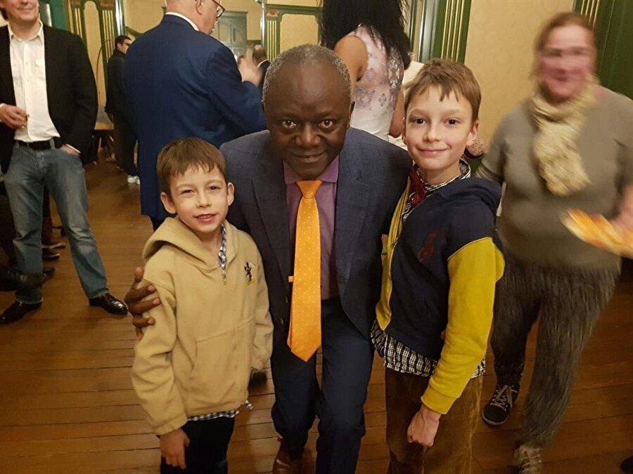 Pierre Kompany, seçim günü küçük Belçikalı çocuklarla ilgileniyor...