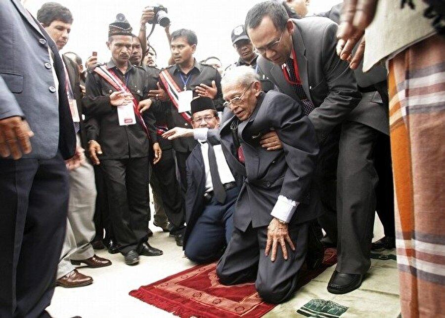 Ülkesine geri dönen Hasan Di Tiro kendi başına yürüyemeyecek kadar yaşlanmıştı.