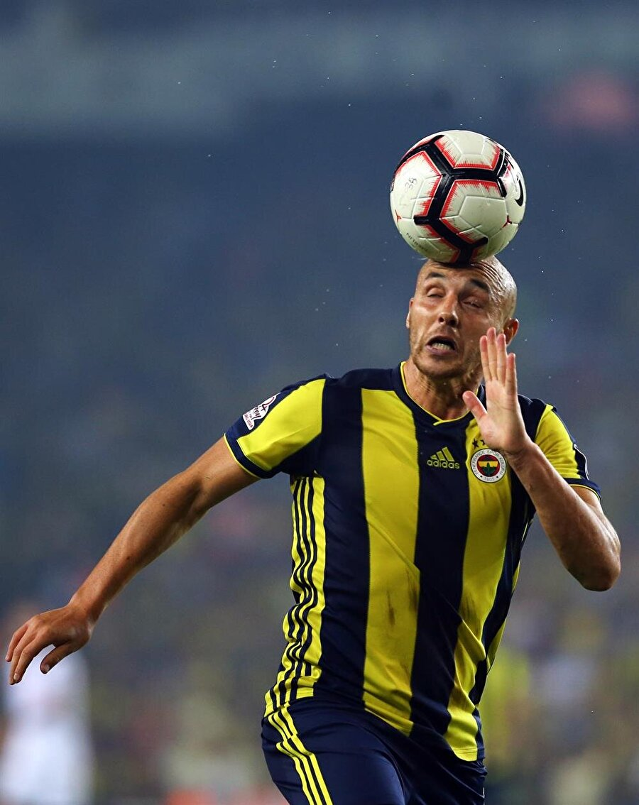 Aatif Chahechouhe Beşiktaş maçında topu kafasıyla kontrol ediyor.