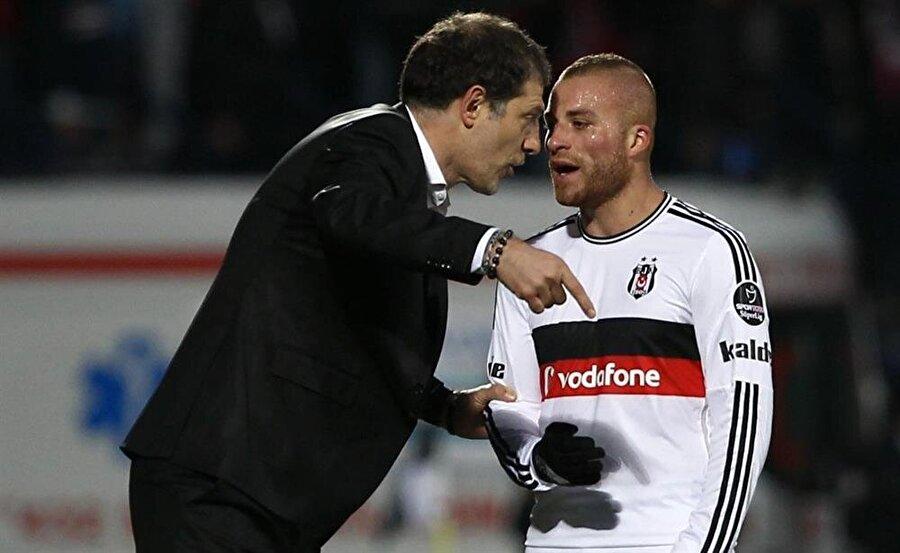 Hırvat teknik adam ile Gökhan Töre hararetli bir şekilde istişare ediyor...