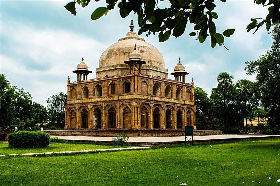 Allahabad kenti tam anlamıyla Babürlüler zamanında şehirleşmesi sebebiyle birçok İslamî unsuru bünyesinde barındırıyor.