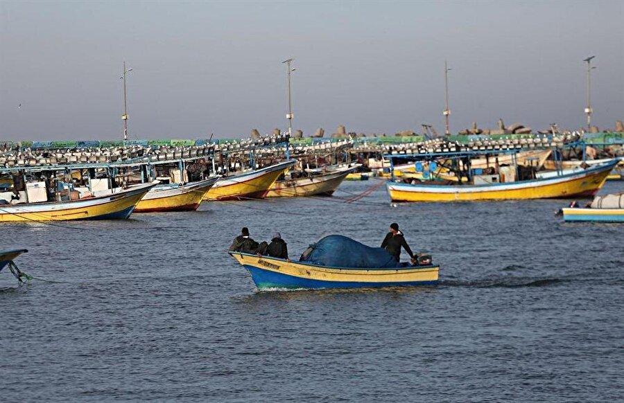 İsrail, sınırları kapatmakla birlikte Filistinli balıkçıların avlanma mesafesini 6 milden 3 mile düşürdüğünü duyurdu.
