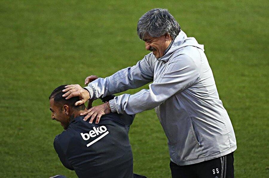 Süreyya Soner ile Portekizli futbolcu ile şakalaşıyor...