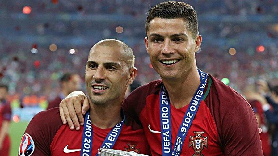 Ricardo Quaresma ve Cristiano Ronaldo EURO 2016'da kazandıkları kupayı kaldırmak için sabırsızlıkla bekliyorlar...