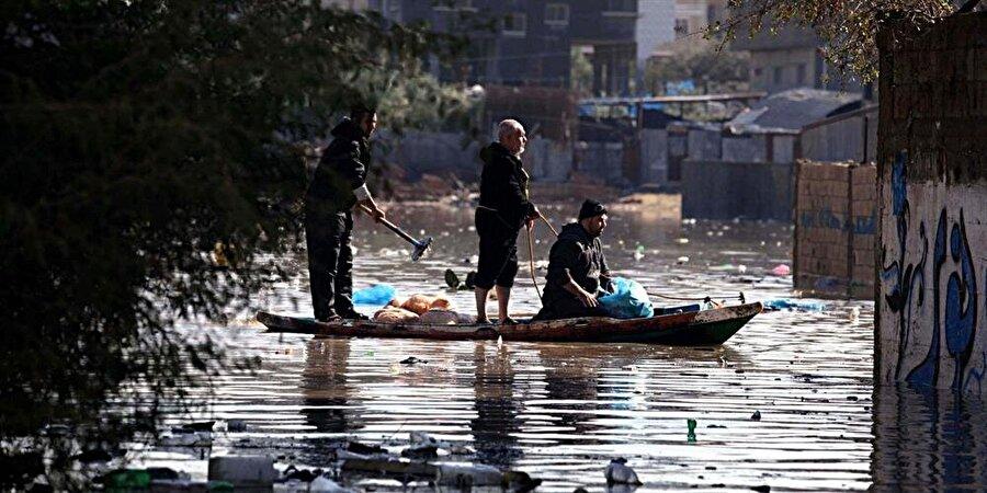 İsrail bombardımanları nedeniyle altyapının tamamen iflas etmesi yüzünden, Gazze'de yağmurlar sıklıkla sellere yol açıyor.
