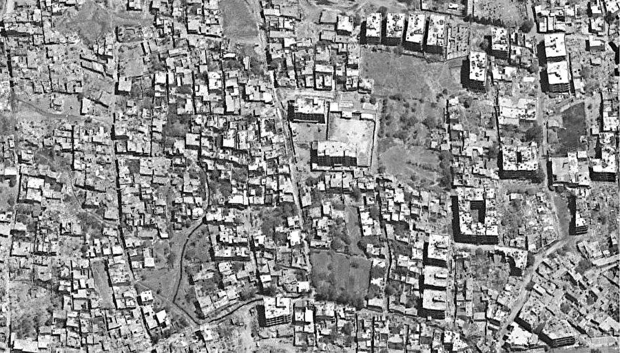 Esed rejiminin sivillerin evlerini yıkmaya başlamadan önce, Kabun'un 2017'de çekilmiş uydu görüntüsü.