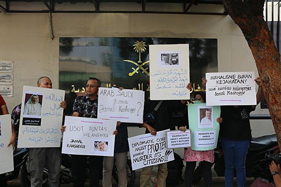 Endonezya'da gazeteciler, Suudi gazeteci Cemal Kaşıkçı'nın ortadan kaybolmasını protesto etti. Endonezya Bağımsız Gazeteciler Birliği (AJI) tarafından Kaşıkçı'nın öldürülmesine tepki amacıyla Suudi Arabistan'ın Cakarta Büyükelçiliği önünde düzenlenen gösteriye birçok medya kuruluşundan gazeteci katıldı.