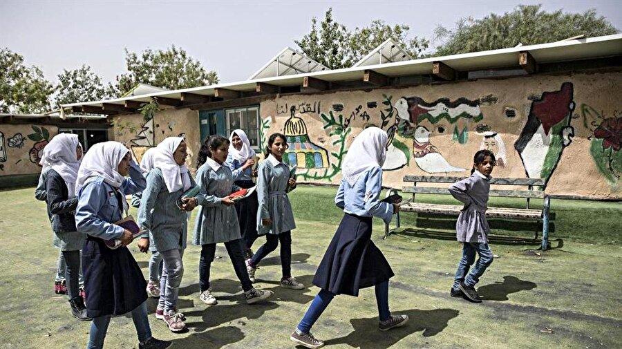 Han el-Ahmer'de bir okul da yer alıyor.