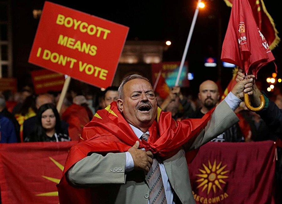 Makedonya içinde bir grup, konu gündemi meşgul ettiğinden beri isim değişikliğine karşı protestolar düzenlemekte.