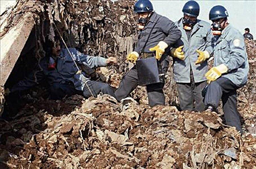 Patlama sonra enkaz altında kalan insanlar görevliler tarafından çıkarılmaya çalışıldı.