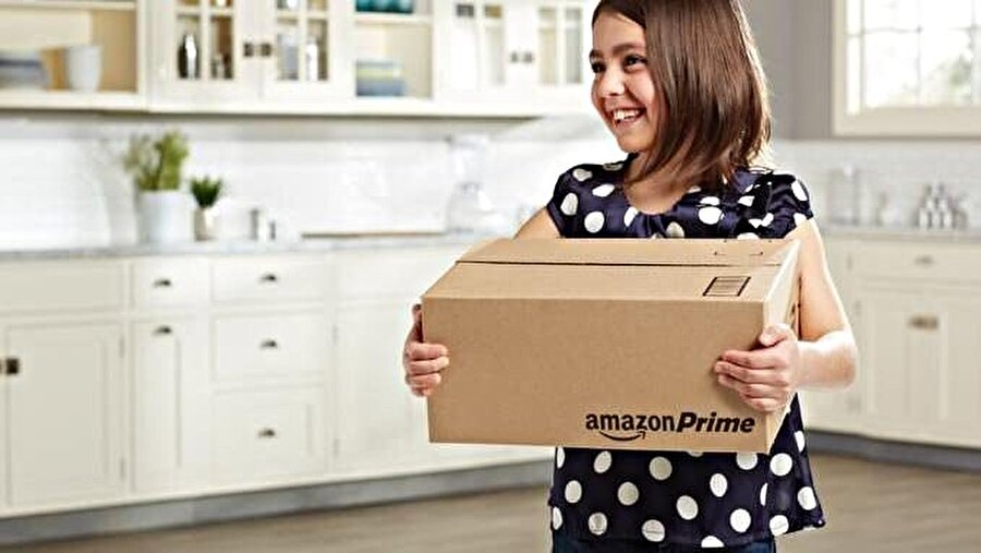 Amazon, reklam filmleri ve tasarım görsellerinde mutlu müşterilerini paylaşmayı ihmal etmiyor.