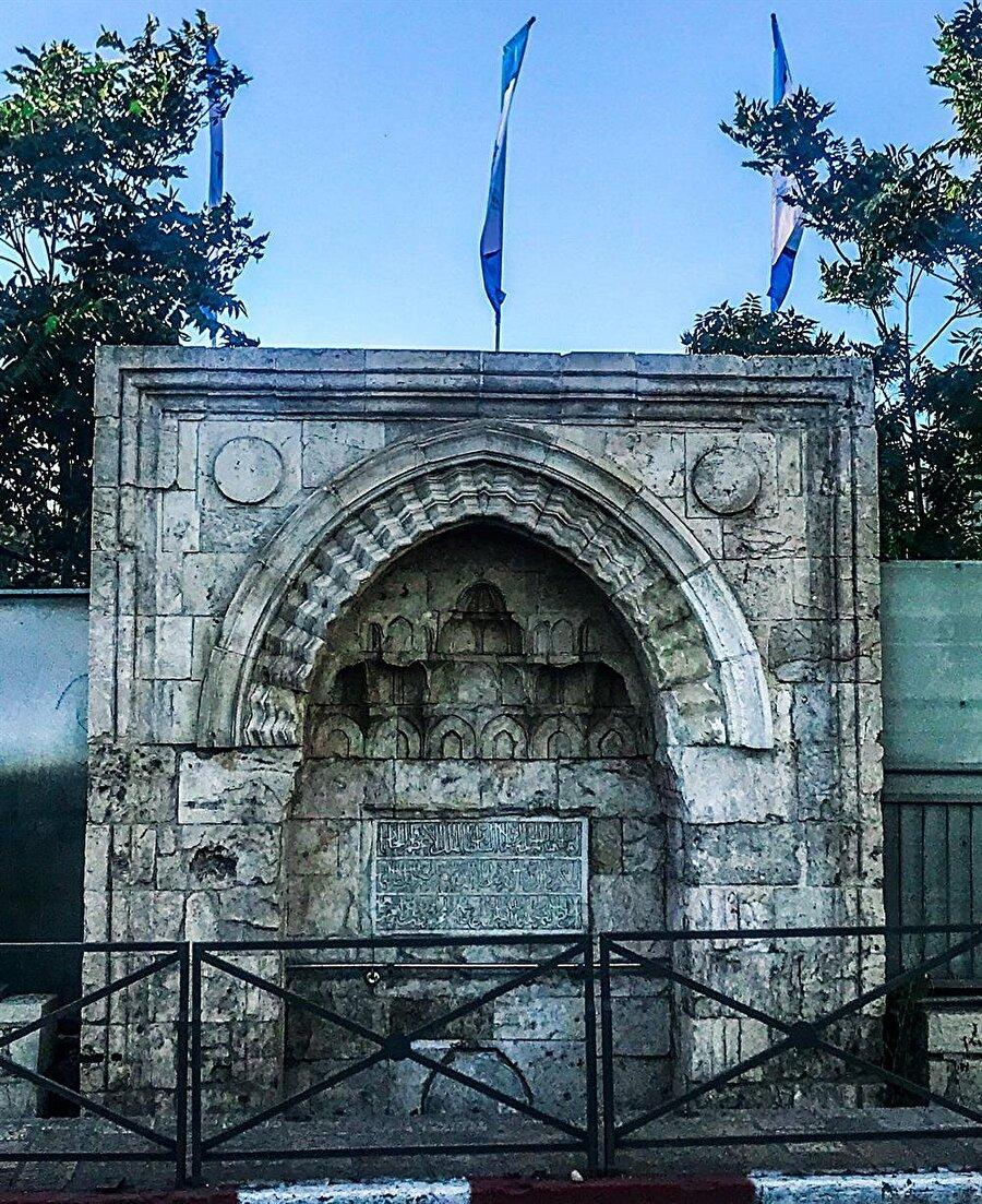 Kudüs eski şehri çevreleyen surların kapılarından biri olan El Halîl Kapısı'nın güneydoğu kısmında, El Halîl ve Beytullahim yolu üzerinde, sur dışında yer almaktadır.