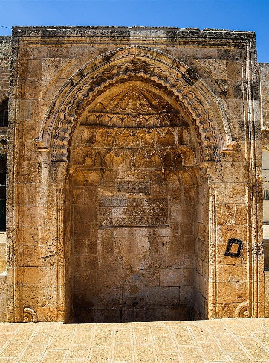 Mescid-i Aksâ alanının içerisinde, bugünkü adıyla Melik Faysal Kapısı'nın güneyinde bulunmaktadır.