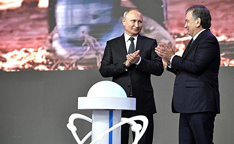 Rusya devlet nükleer enerji kurumu Rosatom tarafından Özbekistan'da inşa edilecek NGS'nin temeli, Taşkent'te düzenlenen törenle Rusya Devlet Başkanı Vladimir Putin (solda) ve Özbekistan Cumhurbaşkanı Şevket Mirziyoyev (sağda) tarafından atılmıştı.