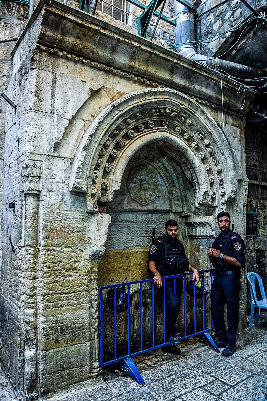 Mescid-i Aksâ'nın kapılarından biri olan Nâzır Kapısı'na giden Alâaddin Sokağı'nın girişinde, sokağın El Vâd Caddesi'yle kesiştiği köşededir.