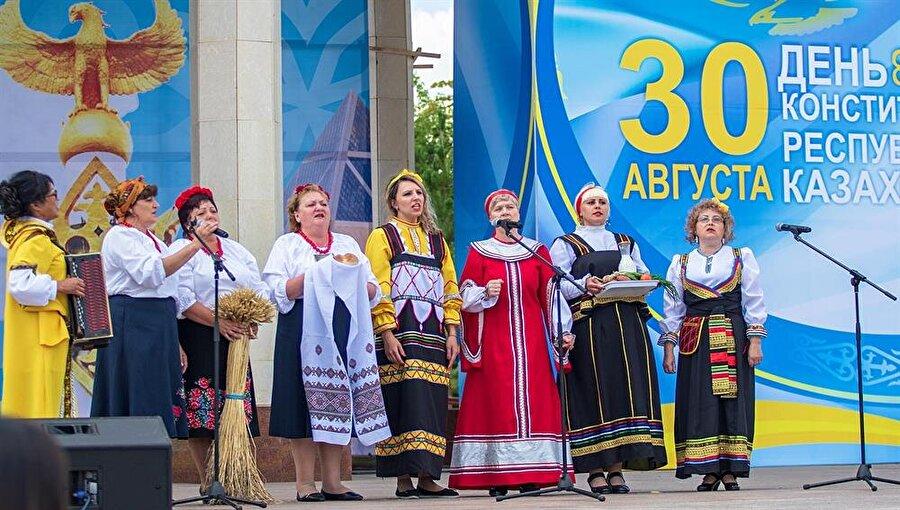 Kazakistan'ın Anayasa Günü kutlamasında milli kıyafetleriyle sahneye çıkan etnik azınlıklar