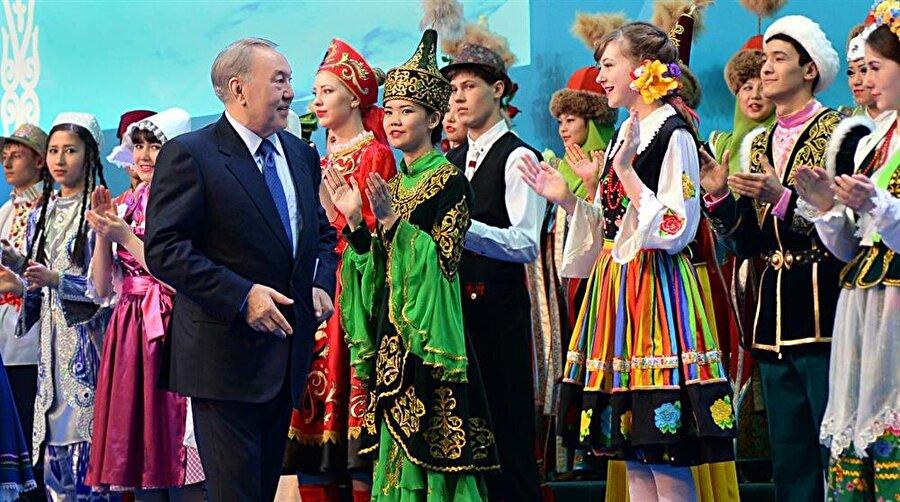 Cumhurbaşkanı Nursultan Nazarbayev ülkede farklı etnik kimlikleri bir araya getiren Kazakistan Halk Asamblesi programında iştirak ederken.