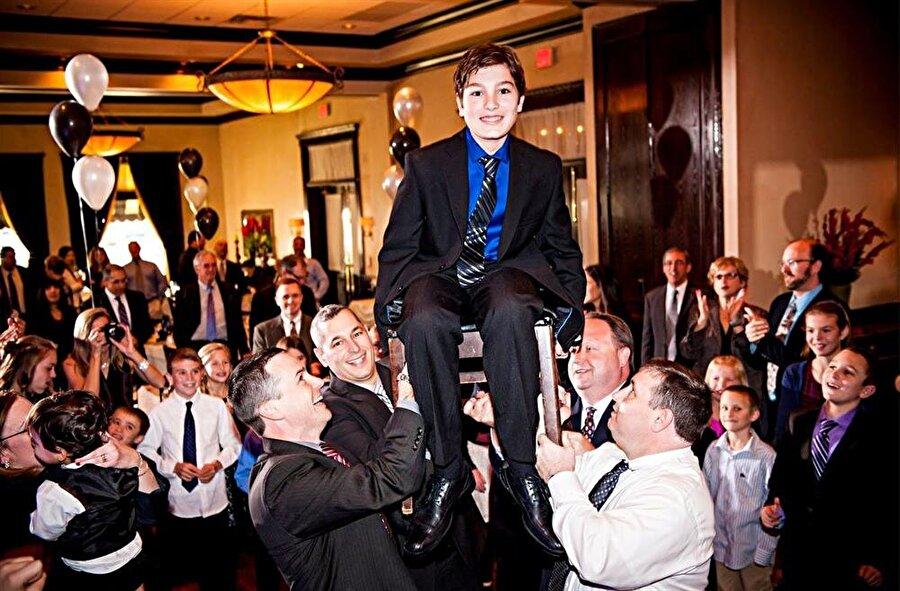 Yahudilikte, Bar-Mitzva töreni, erkek çocukların ergenliğe girişini sembolize eder.
