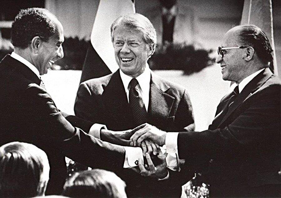 ABD Başkanı Jimmy Carter (ortada), Mısır Cumhurbaşkanı Enver Sedat (solda) ve İsrail Başbakanı Menachem Begin...
