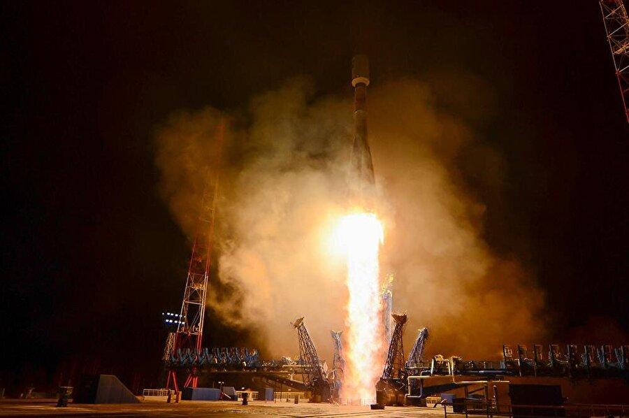 Askeri bir uzay aracı taşıyan Soyuz 2.1b roketi, Rusya'nın Arkhangelsk bölgesinde görünüyor.