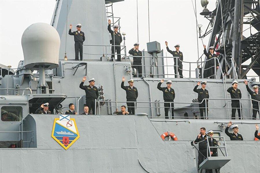 Rus Donanması yetkilileri, Pacific Fleet'in Çin'in Qingdao limanına bir ziyaret gerçekleştirdi.