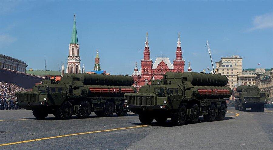 Rus askerleri, Kızıl Meydan'da düzenlenen törenlerde S-400 füze hava savunma sistemlerini kullanıyorlar. İkinci Dünya Savaşı'nda Nazi Almanyası'nın zaferinin 73. yıl dönümünü kutladı.