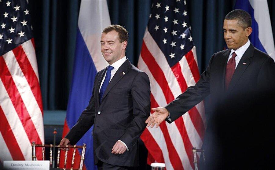 Rusya eski Devlet Başkanı Dmitri Anatolyeviç Medvedev ve ABD eski Başkanı Barack Obama 2010 yılında imzalanan Prag Antlaşmasında.