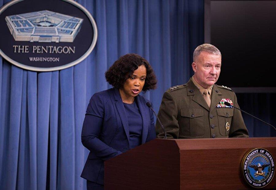 Pentagon Sözcüsü Dana White (Solda)