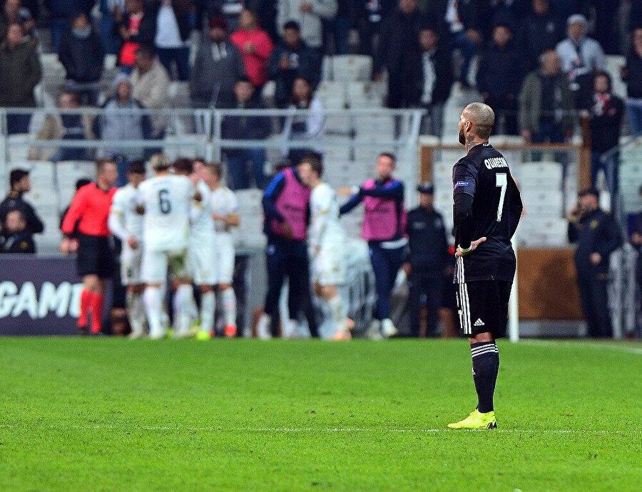 Ricardo Quaresma maçın ardından bir süre sahanın ortasında kalakaldı.