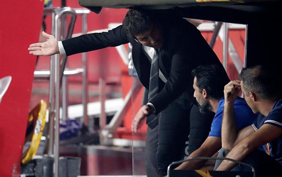 Akhisarspor Teknik Direktörü Cihat Arslan, yenen gollerin ardından kurmaylarını azarlıyor.