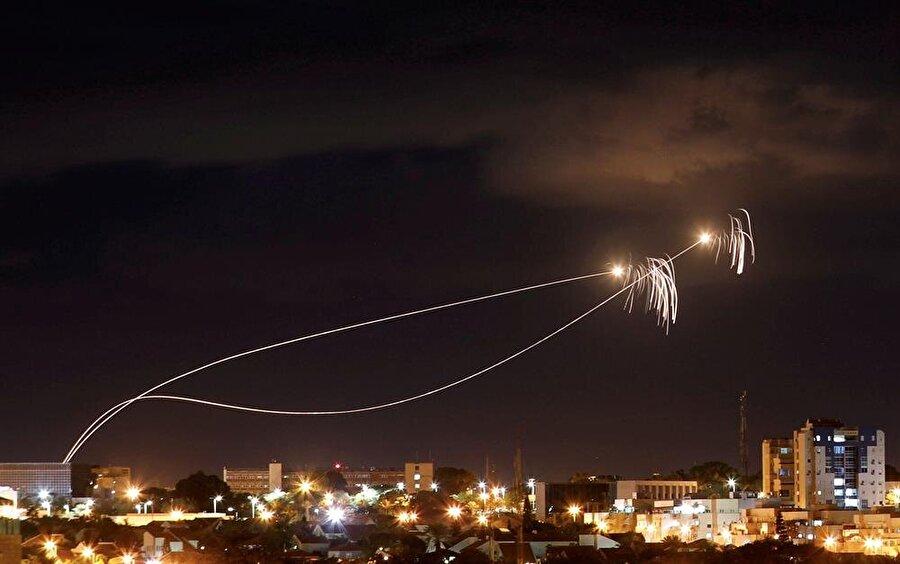 Demir Kubbe hava savunma sisteminin roketleri etkisiz hale getirdiği o an.