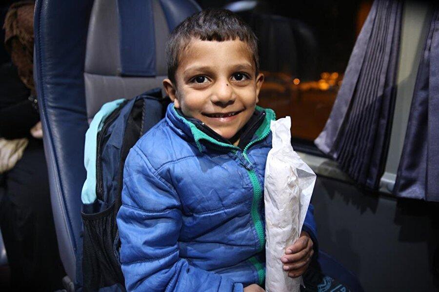 Otobüslerle yolculuk yapan yaklaşık 350 aileye yemek dağıtımı gerçekleştirildi.