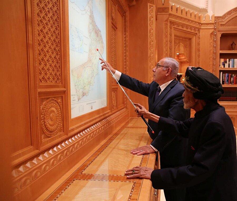 Netanyahu ve Sultan, birlikte Umman haritasını incelerken...