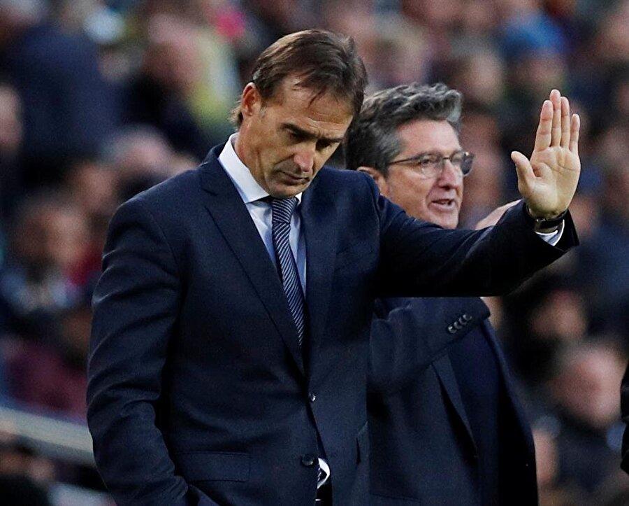 İspanyol teknik adam El Clasico'da hakemden uyarı alıyor...