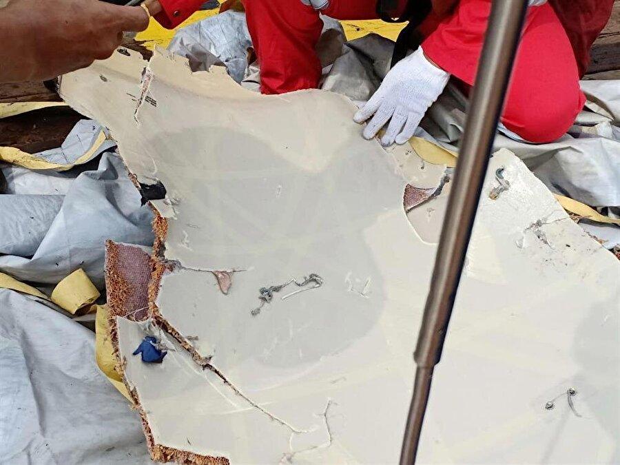Enkazın parçalarına ulaşılmaya başladı. (Reuters)