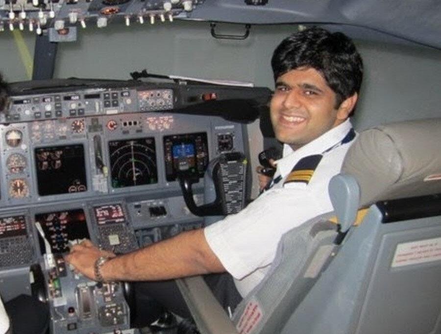 Uçağın Hindistanlı kaptan pilotu Bhavye Suneja.