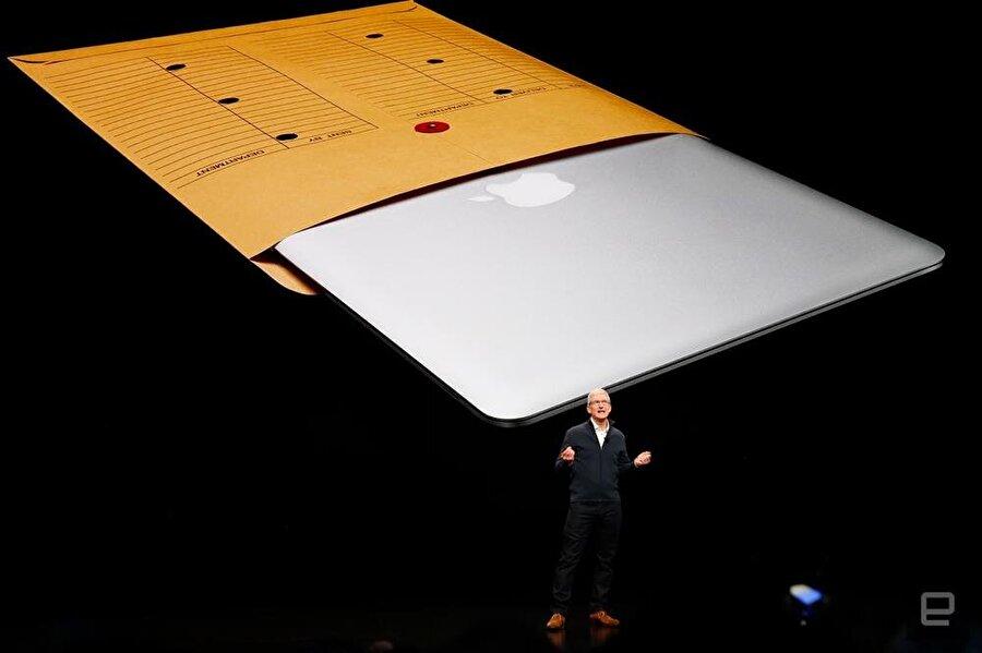 Steve Jobs'ın zamanında tanıttığı MacBook Air, Tim Cook'un arkasındaki dev sahnede böyle göründü. Fotoğraf: Engadget.