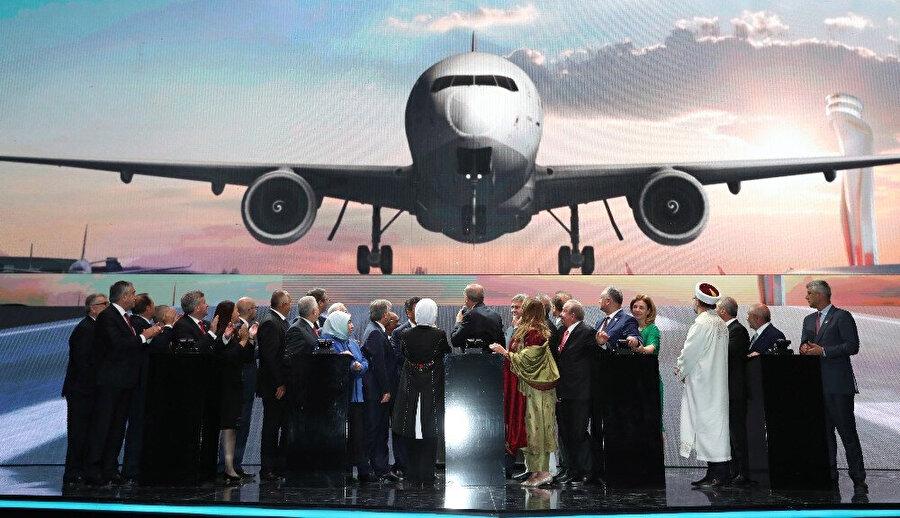 Cumhuriyet'in 95. yıl dönümünde İstanbul'un üçüncü havalimanının ilk fazının uçuşlara açılması dolayısıyla düzenlenen tören, Cumhurbaşkanı Recep Tayyip Erdoğan'ın katılımıyla tamamlanırken Alman medyası da açılış törenini mercek altına aldı. Ülkede yayın yapan Neue Luzerner Zeitung Gazetesi'nde Gerd Höhler imzasıyla çıkan yazıda, Türkiye'nin 44 ay gibi bir sürede mega projeyi tamamlanması hayranlıkla dile getirildi.