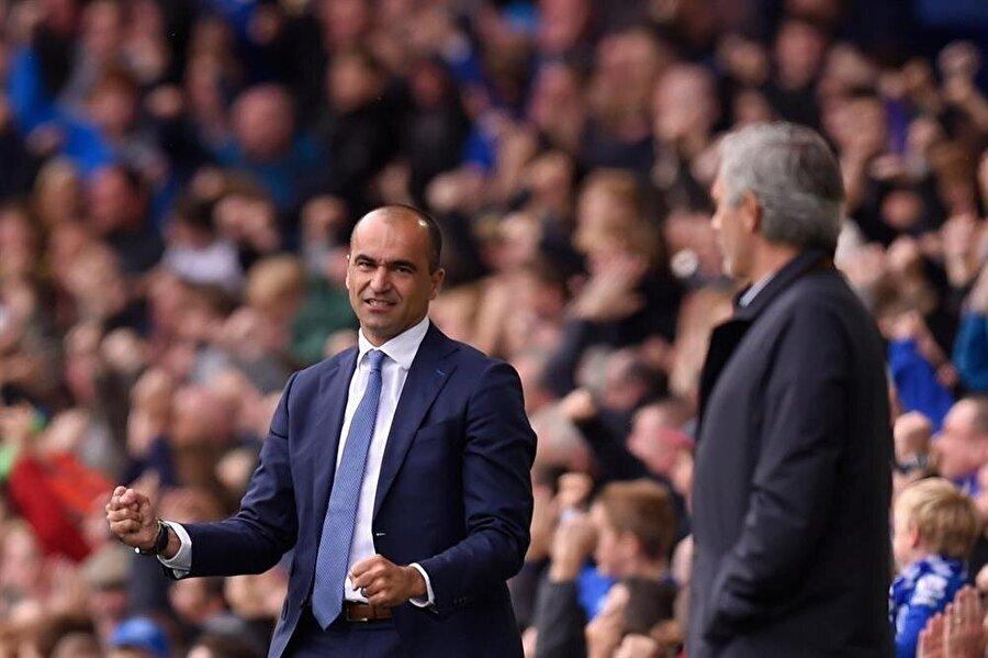 Premier Lig'de birbirine birçok kez rakip olan Roberto Martinez ve Jose Mourinho, saha kenarında karşılaşmayı takip ediyor...