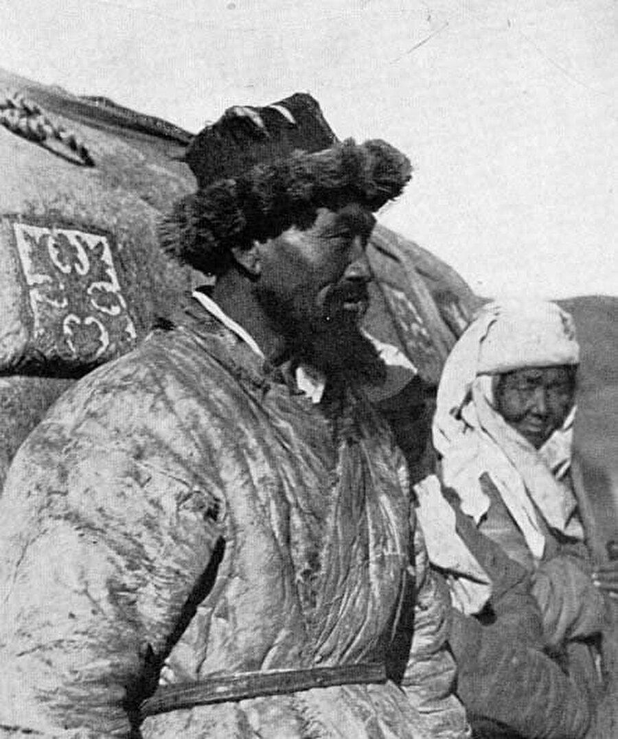 """Godfrey Lias'ın 1956'da Londra'da yayınlanan """"Kazak Exodus"""" kitabından: Doğu Türkistan Kazakları"""
