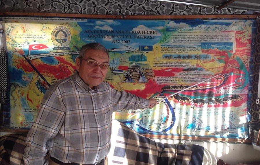 Büyük Kazak Göçü liderlerinden Hüseyin Teyci'nin oğlu Mansur Teyci, 8 yaşındayken göçü yaşayanlardan. Göç esnasında Himalayaları ve Tibet yaylalarını aşarken soğuktan korunmak için koyun postuna sarılıp sandıkta götürülmüş.